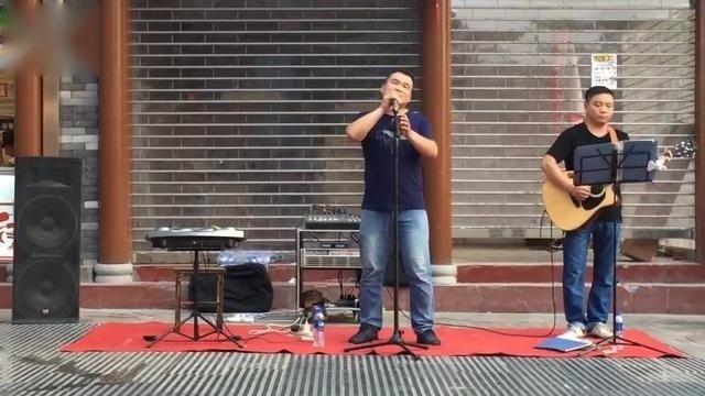 流浪歌手街头翻唱《乌兰巴托的夜》:听歌的人掉眼泪