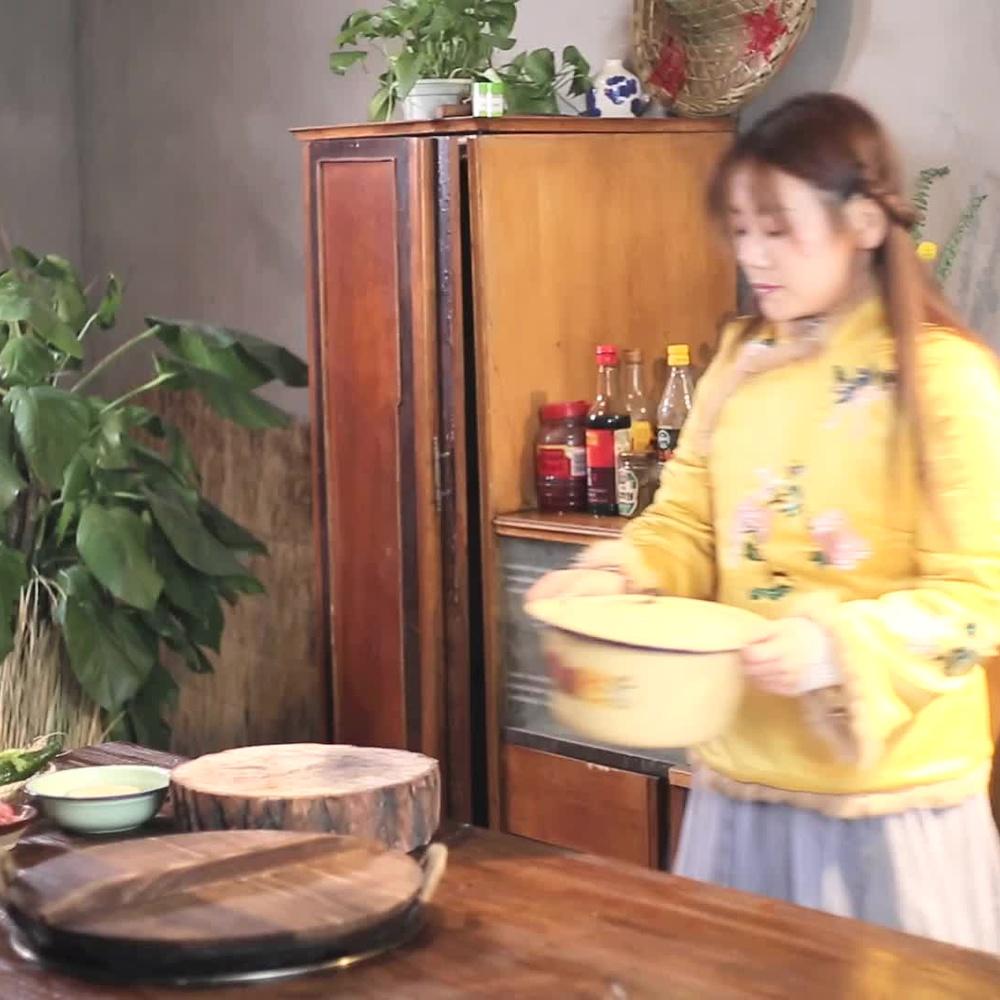 美女做一道升级版京酱肉丝,又好看又好吃,一人吃一盘太过瘾了!