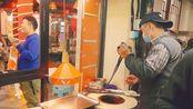 大爷临沂夜市卖名吃锅盔,7元一个,一天能卖500个,火爆街头