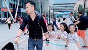 宝爸带着三个小情人逛北京,怕孩子走丢这样绑着,真心不容易!