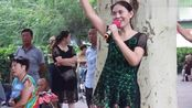 五十岁气质大妈,公园演唱《月光下的凤尾竹》,堪比专业歌手