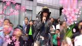 流浪歌手街头演唱《惜别的海岸》,引大量围观,无声卡实力派