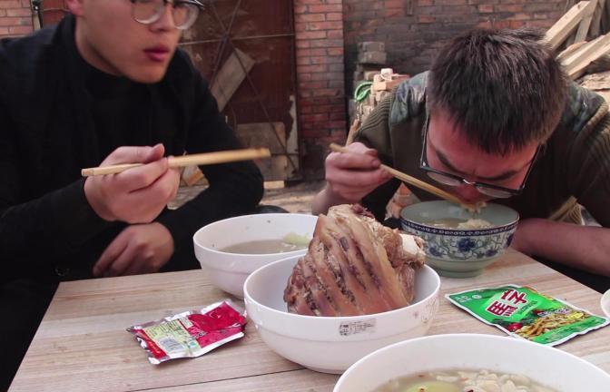 小伙做了一锅清汤面,就着马字榨菜和老干妈,香的根本停不下来!
