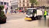 国外恶作剧:街头小贩的项链被吸进垃圾车,帮忙看管的路人蒙了