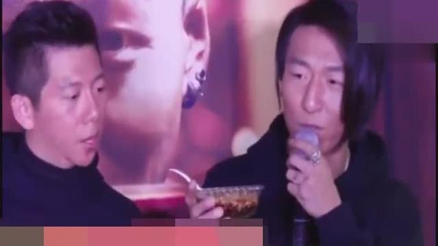 陈羽凡背绿腰包疑回应妻子出轨!
