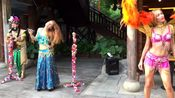 街拍:俄罗斯美女在海南三亚的街头表演