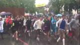 德国慕尼黑啤酒节开幕 狂欢者冒雨狂奔抢座位