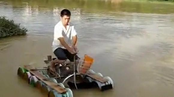 农村牛人制造水上浮动单车,专家看到后都十分佩服!