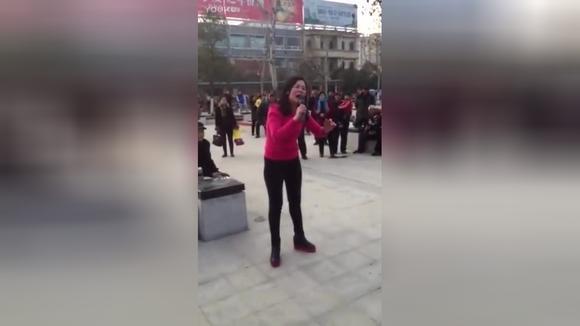 民间大姐唱河南豫剧《清风亭》一开腔 全场泪崩!