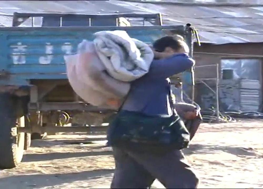 农民工到彩票店买双色球,不料被他捡到了一个小黑包!