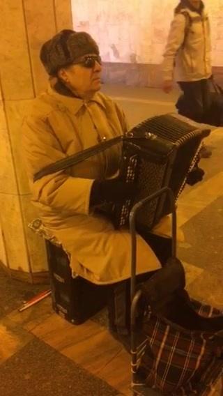 胜利广场站偶遇苏军老兵手风琴演奏