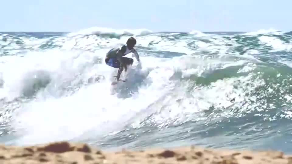 外国达人展示滑板冲浪技巧