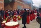 唢呐与锣鼓铜器合奏陕北民歌《黄土情》,精彩的表演,吸引很多人