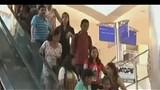 实拍 遭性侵的印度女子强势反击 飞腿暴踹猥琐男!_标清