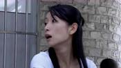 美女在学校门口摆早点摊,怎料城管来了,她推车就跑下一秒惨了!