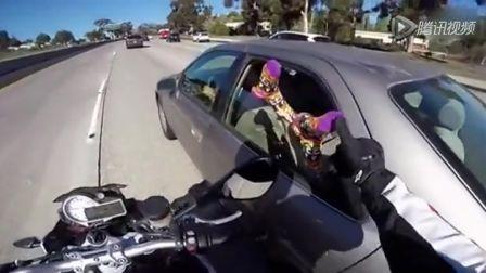 路探者 追风男子骑车高速路上摸美女丝袜