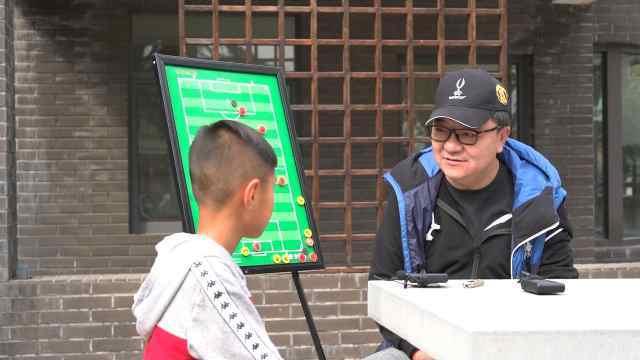 董路和中国足球小将郎达成聊踢球