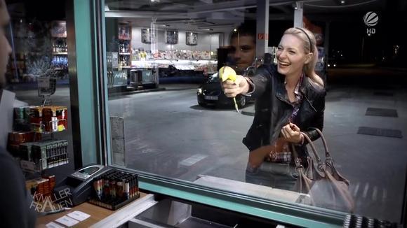 屌丝女士拿一根香蕉打劫