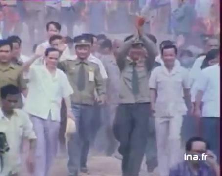 【珍贵录像】89年撤离柬埔寨的越南士兵和战友相拥而泣(逃离泥潭)