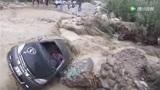 惊险!秘鲁男子洪水中开车遇险侥幸逃生