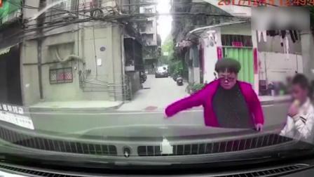 汽车乱停挡道 大妈上前一通乱划