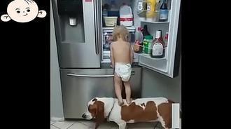 宝宝拿不到东西,只好一脚蹬在狗狗背上,下一秒大家都傻眼