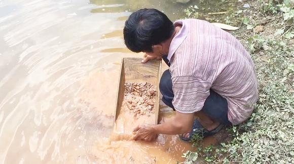 惊讶!农民矿工用十几年挖矿经验教你怎样从泥沙中淘出金子