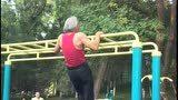 公园又遇这个大爷在锻炼身体,这波操作不服不行了