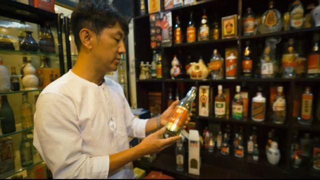 小伙在地摊花好几百买了瓶酒,别人笑他傻,一鉴定发现竟价值连城