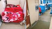俩女孩火车过道铺床睡觉 网友:少见多怪,春运比这挤多了