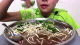 泰国吃货小姐姐吃蔬菜拌面+泰国豆芽,香辣美味,清脆可口,超赞