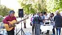街头围观音乐家表演古典吉它