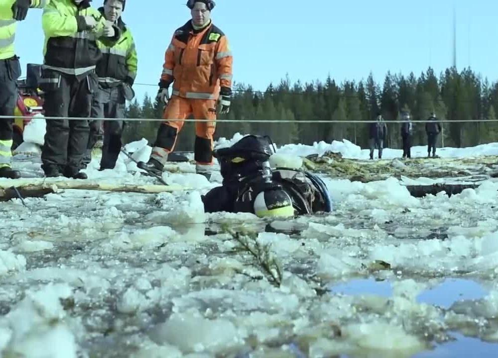 有难度,卡特挖掘机掉冰窟窿,这捞出来也是报废吧