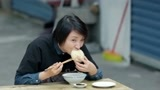 早餐中国:1块5一碗的鸭血蛋汤,还放千张和豆渣饼,配包子、油糕