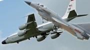 中国歼10在东海拦截美军侦察机 在同一水平高度小于30米飞行 美称非常危险