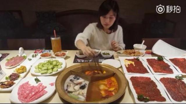 中国(北京吃火锅)11盘肉+6碗冰粉+2000cc饮料[笑cry][笑cry]天冷了,大家一起来吃火锅吧