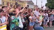 正在参加俄罗斯海军节演出的海军军乐团,在军乐游行吹奏表演过后,应俄公众和海军邀请