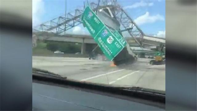 视频|女司机高速开货车浑然不知车斗升起 撞上指示牌整列坍塌