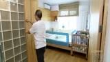 交换空间:玻璃砖墙后隐藏的多功能浴室,太有才了!