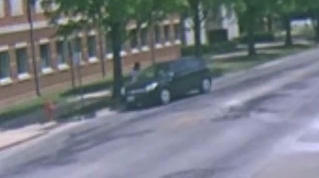 美国芝加哥当地时间6月9日下午两点半,留学生章莹颖在去租房公司签合同的路上失踪,截至发稿时间,她已经失踪超过72个小时。根据最新曝光的监控画面显示,章莹颖很可能在9日下午两点左右,上了一辆来历不明的黑色车辆。