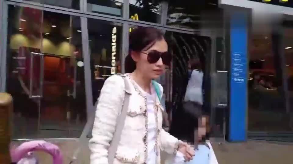 香港女首富甘比打扮朴素玩抓娃娃 仅1名保镖跟随
