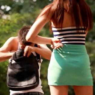 """给五万亲一下!骚年有你这么占便宜的嘛!放开女神让我来!林芮西:亚洲第一美腿女神《美腿传奇》欲看完整影片请登录www.bale.cn,搜索"""" 美腿传奇""""。"""