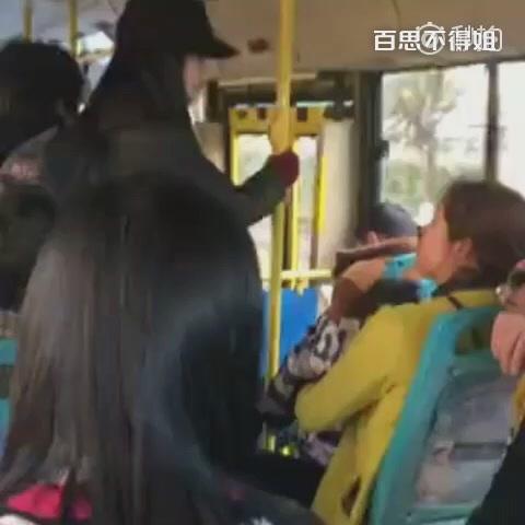 眼镜女怒斥妇女带两个孩子占座没素质,气势汹汹