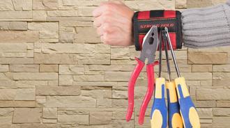 民间牛人发明磁性腕带,360度吸附铁钉,工人师傅的好帮手