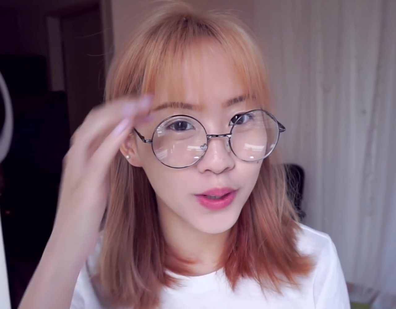 {搬运}GET READY WITH ME_復古圓眼鏡妝+半丸子頭教學!Glasses Makeup- Half Bun Hair Tutorial
