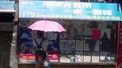 男子醉倒街头 女孩撑伞守候半小时