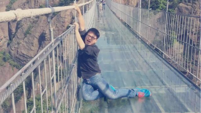 一座横跨在悬崖峭壁上的玻璃桥,别人吓成这样,有人却这样……