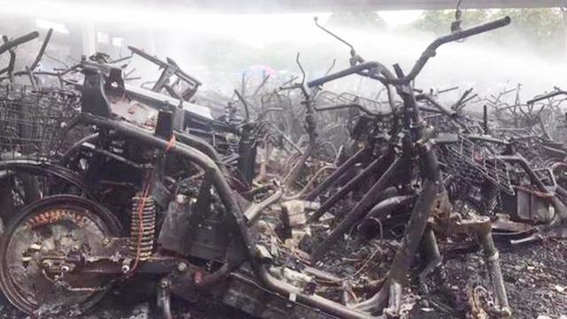 实拍深圳扣车场:上百辆车被大火烧毁