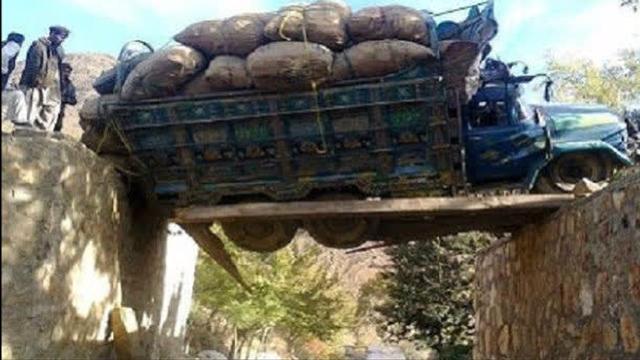 实拍货车司机过桥过山路 最危险一瞬间