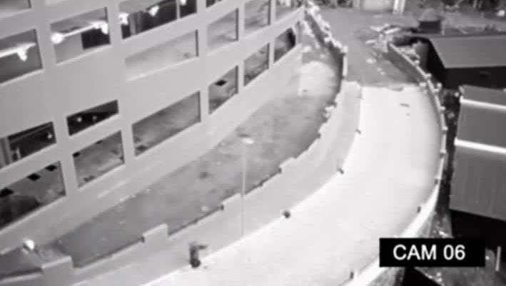 监拍:国外无人区不明身影进入废墟大楼